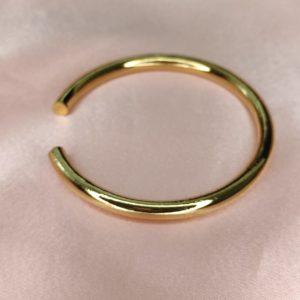 Pulsera lisa redonda, bañada en oro.