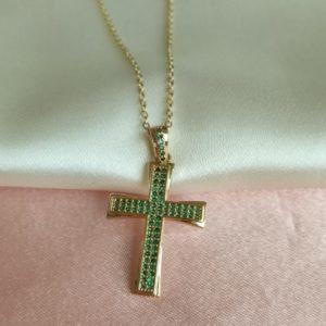 Collar con dije de cruz con cristales verdes