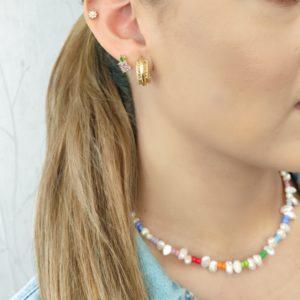 Collar de perlas y mostacillas de colores variados